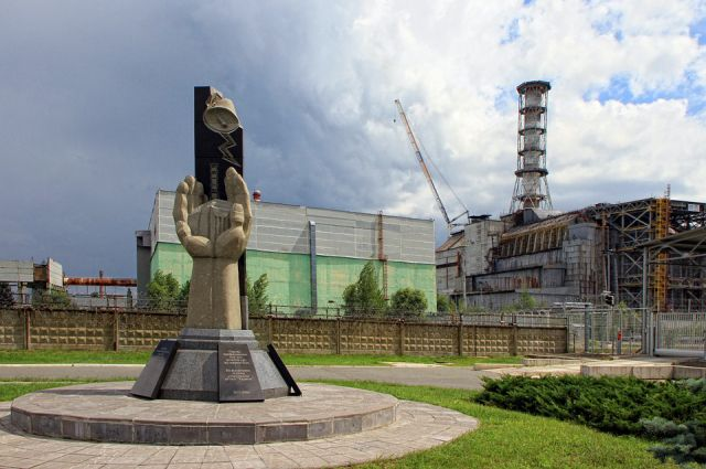 Памятник ликвидаторам Чернобыльской аварии на месте катастрофы.