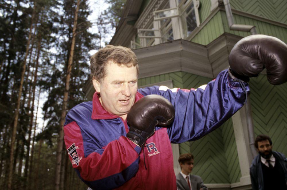Лидер ЛДПР Владимир Вольфович Жириновский занимается спортом, 1994 год.