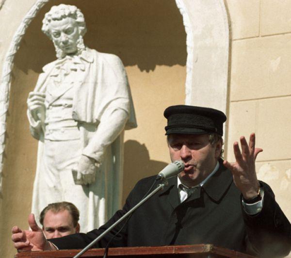 Владимир Жириновский выступает перед жителями города во время своей предвыборной поездки, 1994 год.