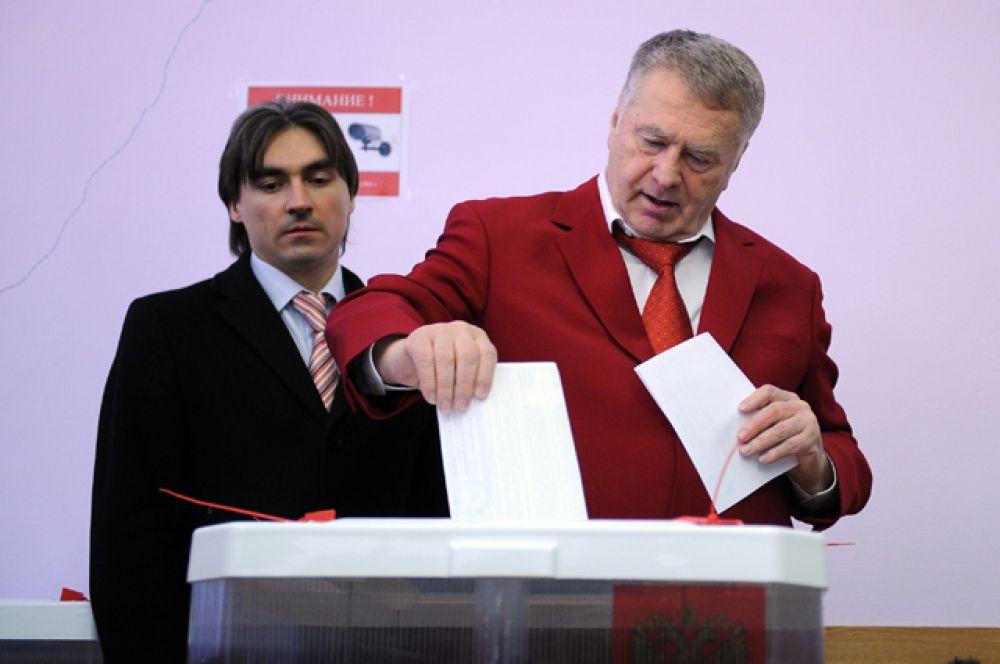 Кандидат в президенты России Владимир Жириновский опускает бюллетень во время голосования на избирательном участке в Москве, 2012 год.