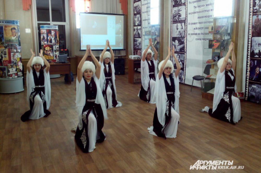 Молодые кыргызки из ансамбля народного танца «АК КУУЛАР» представили танец урожая