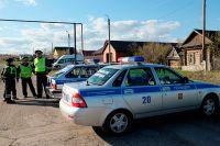 Сотрудники правоохранительных органов на улице поселка Ивашовка Сызранского района Самарской области.