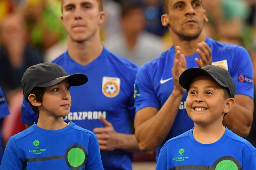 """Игроки """"Газпрома-Югры"""" по традиции вышли на площадку вместе с местными детьми."""