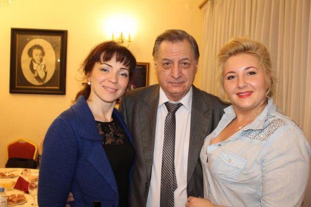 Леонид Клиничев с исполнительницами ролей Анны Ахматовой и Марины Цветаевой в Нижегородском театре оперы и балета.
