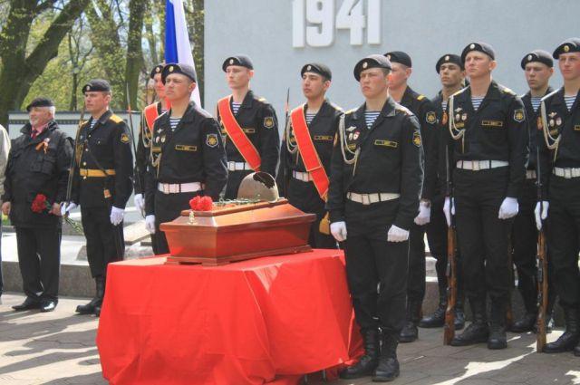 В Калининграде перезахоронили останки 8 погибших солдат при штурме Кенигсберга.