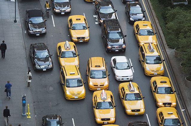 Таксист требовал от пассажира заплатить за поездку 1700 рублей.