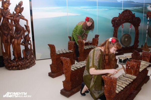 Звуки гамелана - индонезийского инструмента напоминают ксилофон. Под звук гамелана разыгрываются грандиозные мистерии с участием волшебного льва Баронга - одного из ключевых персонажей балийского эпоса. Его трёхметровой статуей можно полюбоваться на экспозиции. Гамелан с давних пор поражал европейцев, включая корсара сэра Фрэнсиса Дрейка, побывавшего на Яве в 1580 году.