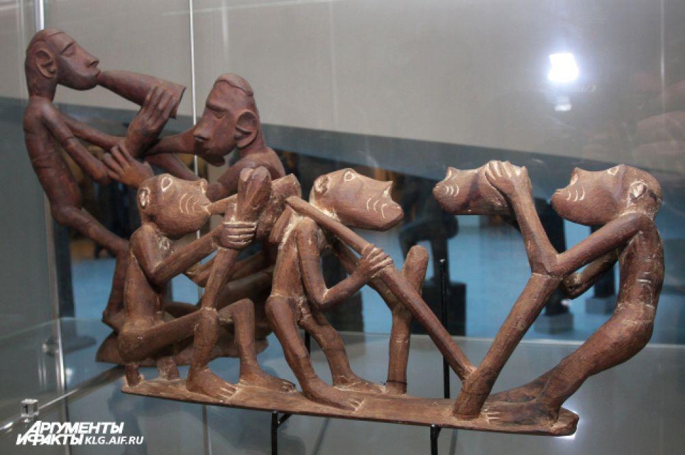 Около 1000 произведений декоративно-прикладного искусства — предметы религиозных культов, маски, куклы, оружие — собирались немецким путешественником в 1960-90-е гг. на островах, входящих в состав современной Индонезии.