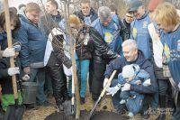 Мэру Москвы Сергею Собянину помогали на субботнике даже те москвичи, которые ещё не умеют ходить.