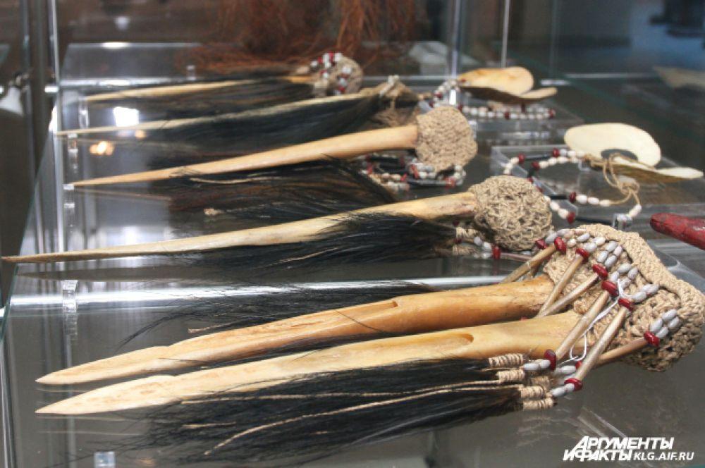 Традиционное оружие папуасских воинов, которое изготавливалось из дерева, камня или кости - ведь первые металлические изделия появились на Новой Гвинее лишь с приходом европейцев. Это копья, луки со стрелами, ножи и топоры. Некоторое оружие имеет весьма внушительные размеры. Например, копья достигают трех-четырех метров в длину. Среди оружия особое значение всегда придавалось ножам из кости казуара, а иногда и человека – ведь именно ими разрезалось тело жертвы охотников за головами.