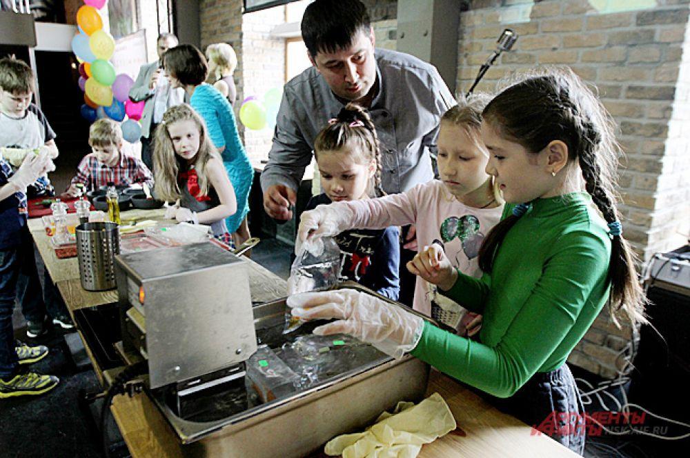 Все готовые блюда потом выставлялись на аукцион для взрослых. Цена от 100 рублей порой поднималась и до 1 тысячи рублей. Деньги шли на лекарства Ярославу.