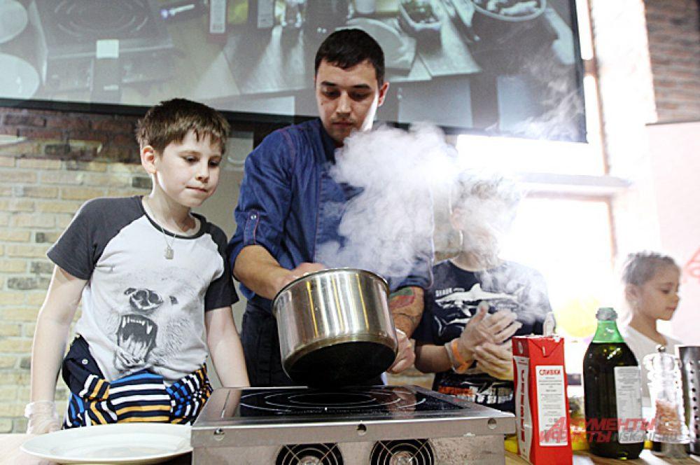 Ребятам понравилось готовить вместе с кулинарами.