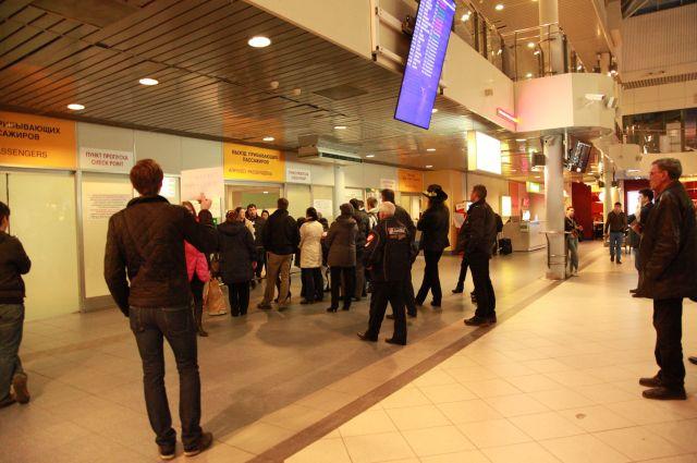 Милиция  узнает , как девочка без взрослых прилетела из столицы  вПетербург