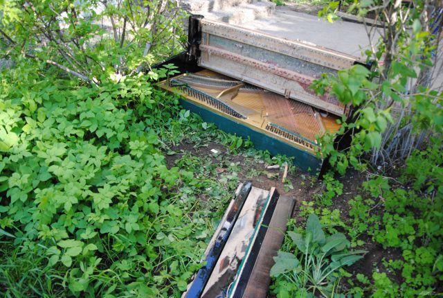 Пианино сбросили с крыши дома
