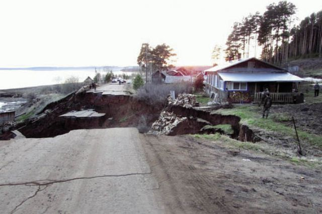 В п. Подбор Ильинского р-на говорят, что обваливаться дорога начала ещё 19 апреля, но чиновники никаких действий по её укреплению не предприняли.