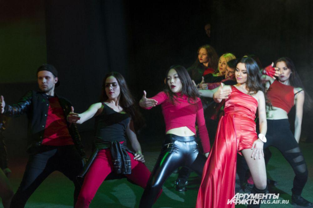 Валерия Старченкова в образе  Кармен показала современную и классическую версии испанского танца.