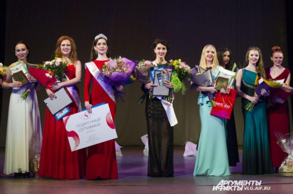 «Мисс Студенчество Волгограда-2016» Кристина Шубина, первая вице-мисс Екатерина Кирякова (слева) и вторая вице-мисс Юлия Мухтариди (справа).