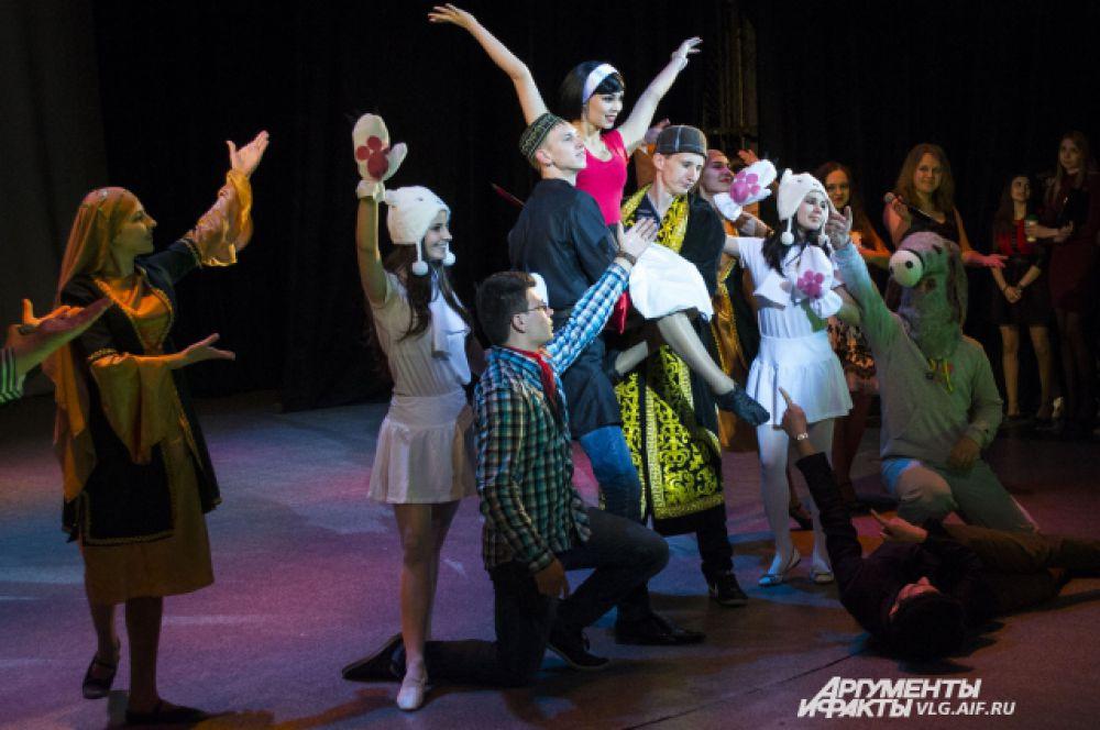 Ксения Конева в образе Нины из «Кавказской пленницы» исполнила народный танец.