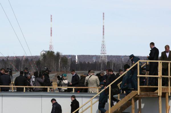 Представители прессы после переноса на сутки первого запуска ракеты-носителя «Союз-2.1а» с российскими космическими аппаратами «Ломоносов», «Аист-2Д» и наноспутником SamSat-218 на стартовом комплексе космодрома «Восточный».