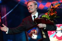 Художественный руководитель Государственного академического Малого театра России Юрий Соломин, получивший награду «За выдающийся вклад в развитие театрального искусства», на  вручении театральной премии «Золотая Маска», 2016 год.