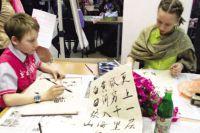 Мастер-класс по каллиграфии пользовался популярностью и у детей, и у взрослых.
