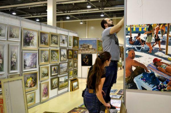 Основу художественной экспозиции «Арт-Ростова» составили картины, скульптурные композиции, гобелены, предметы искусства, антиквариат, оригинальные изделия  ручной работы и раздел «Народные промыслы».