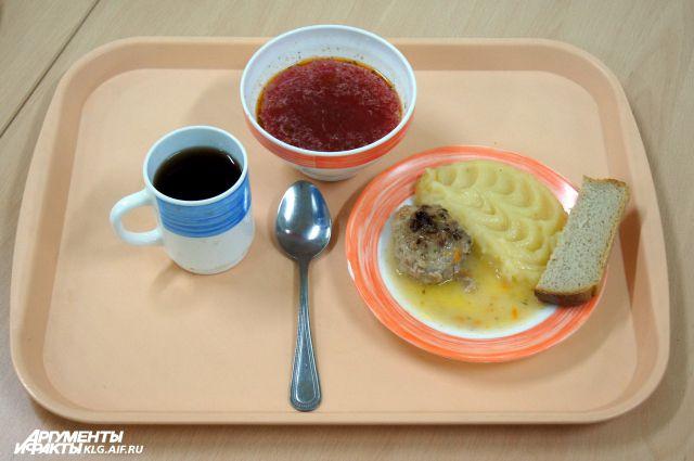 В сельской школе Неманского района ученикам недокладывали обеды.