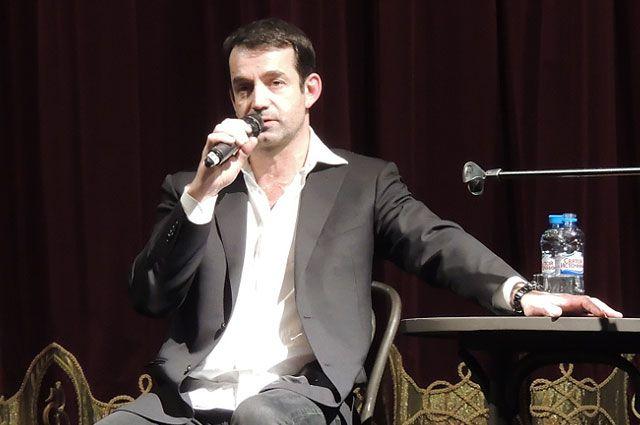 На сцене первого русского театра Дмитрий Певцов рассказал о секретах актёрской профессии.