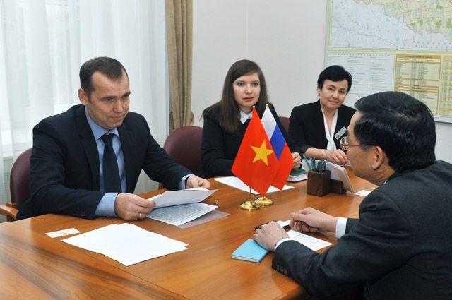 Встреча заместителя губернатора Вадима Шумкова и генерального консула Вьетнама в Екатеринбурге Ву Зуй Мынга