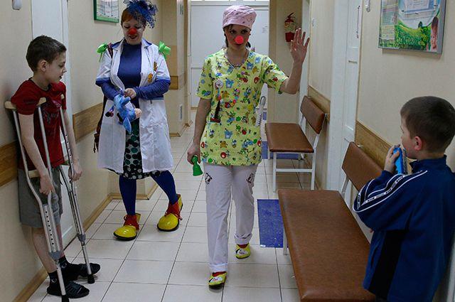 Волонтеры движения «Больничные клоуны» вотделении детской областной больницы вЮжно-Сахалинске.