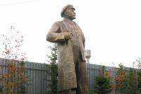 На данный момент памятник Ленину находится на частной территории.