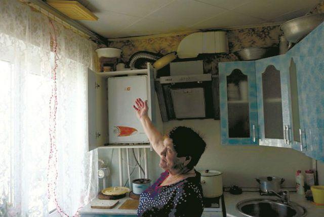 Анна Фёдоровна показывает: если не поставить таз на газовый котёл отопления, вода будет литься прямо на него.