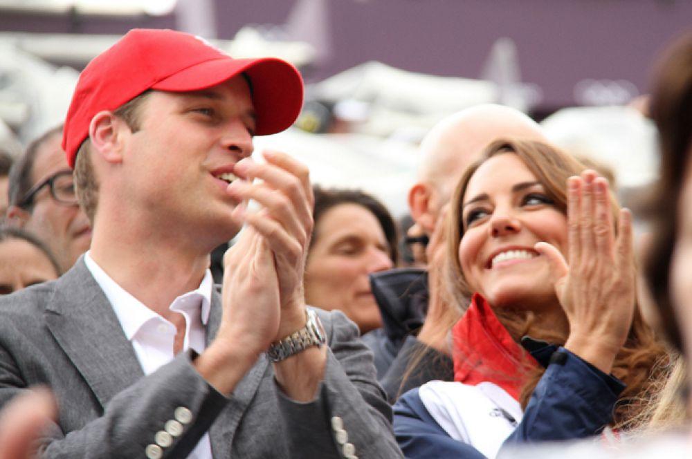 31 июля 2012 года. Принц Уильям и герцогиня Кембриджская Кэтрин наблюдают за соревнованиями по конному спорту во время Олимпийских игр.