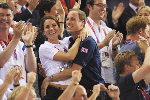 2 августа 2012 года. Герцог и герцогиня Кембриджские в очередной раз доказывают общую любовь к спорту: на финале по велотреку.