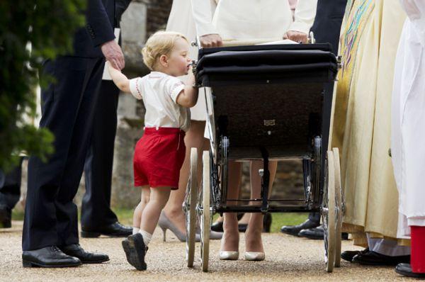 5 июля 2015 года. Крещение принцессы Шарлотты. Принц Джордж встает на цыпочки, чтобы заглянуть в коляску сестры.