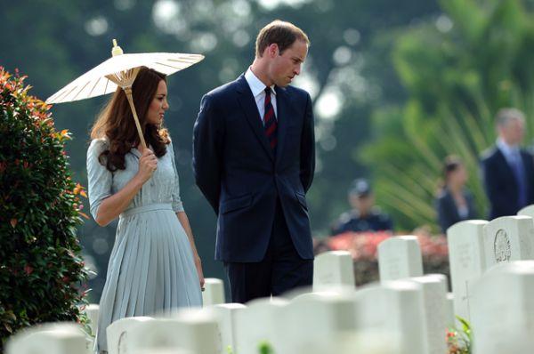 13 сентября 2012 года. Поездка в Сингапур. Принц Уильям и герцогиня Кэтрин отдают дань памяти погибшим в годы войны.