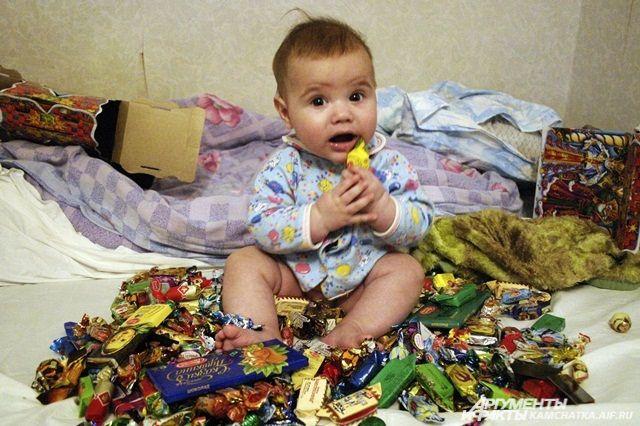 Полезно ли давать ребёнку сладости?
