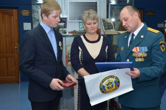 Школьника из Новоселовского района наградили за спасение утопающих
