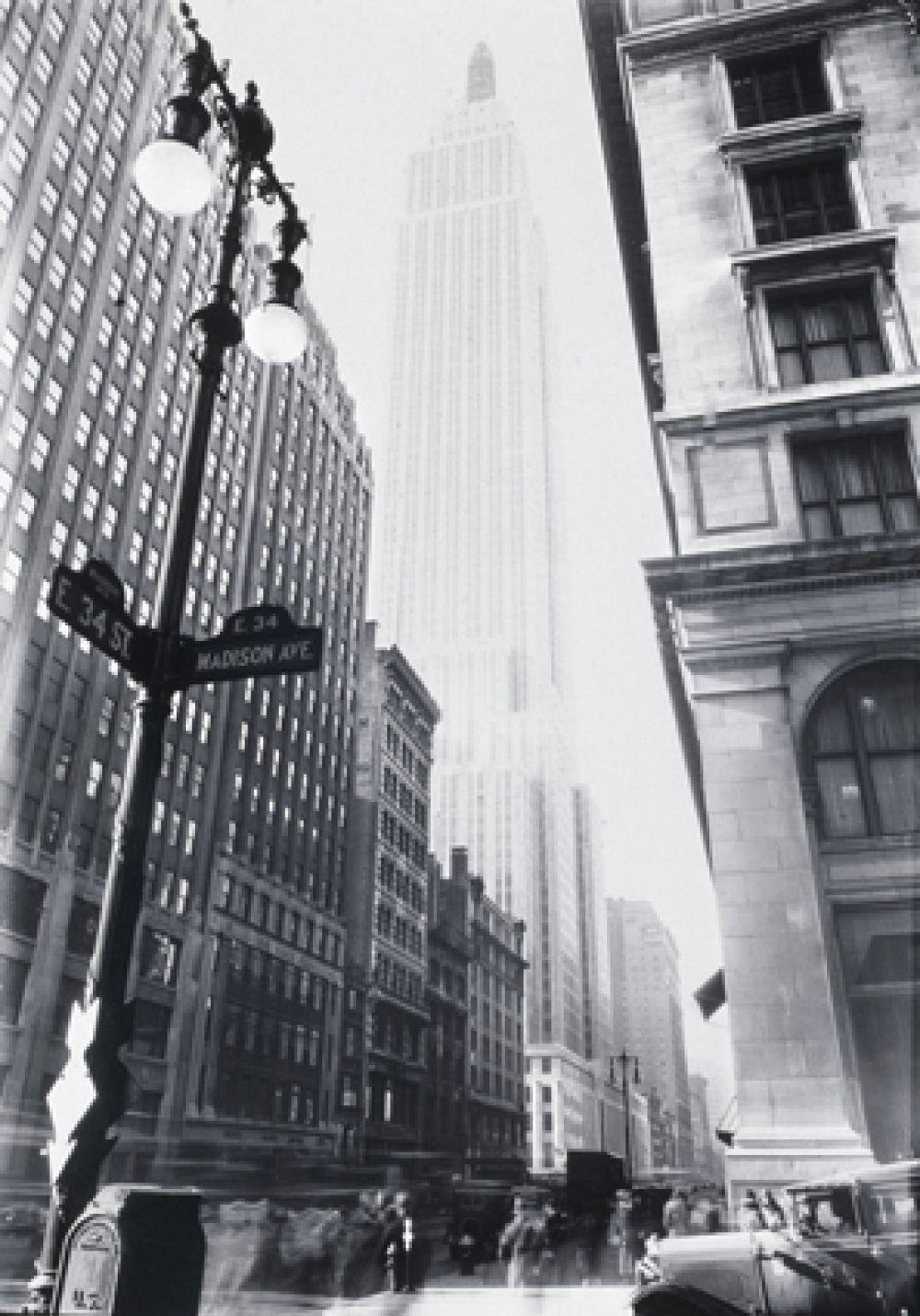 Официальное открытие состоялось 1 мая 1931 года, когда президент США Герберт Гувер включил освещение здания, нажав на кнопку в Вашингтоне.