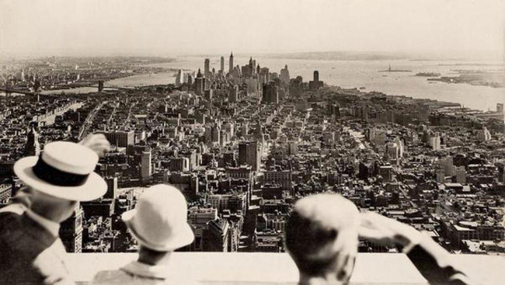 Вид на Нью-Йорк в день открытия Эмпайр-стейт-билдинг.