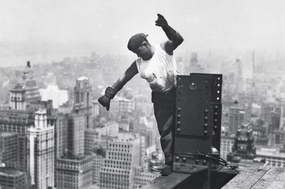 Земляные работы на участке начались 22 января 1930 года, а сооружение самой башни началось 17 марта — в День святого Патрика.