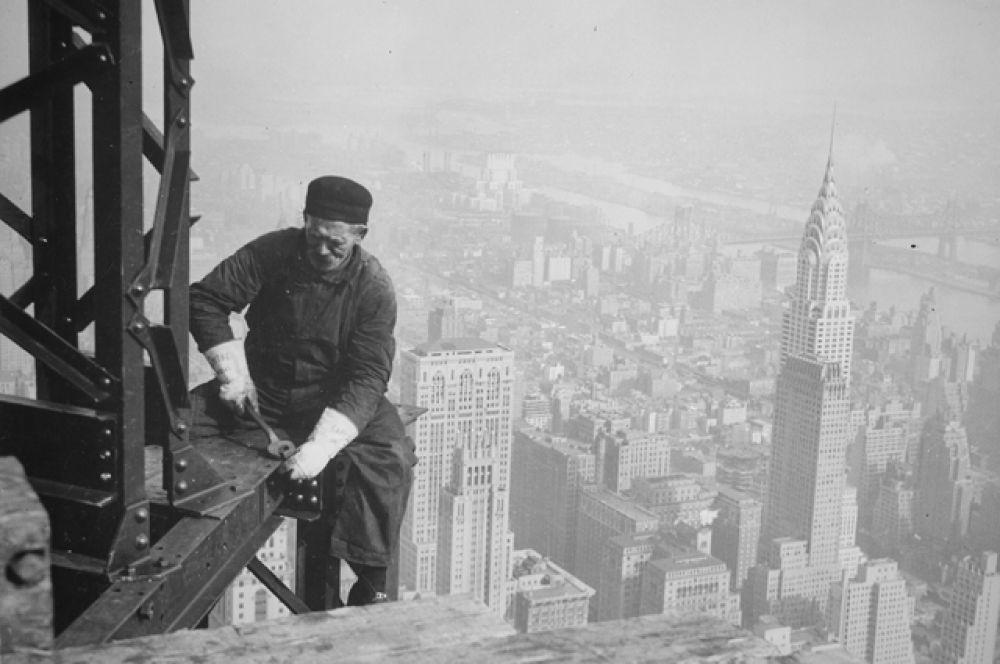 Снимки фотографа Льюиса Викеса Хайна представляют собой не только важные исторические источники, запечатлевшие этапы строительства здания, но также отображают жизнь и условия труда рабочих того времени. На фотографии изображён монтажник, сидящий на стальной балке; данный образ является символом той эпохи, а также одним из самых узнаваемых образов, связанных с Эмпайр-стейт-билдинг.
