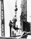 На стройке работали 3400 рабочих, преимущественно эмигранты из Европы, а также несколько сотен строителей-монтажников стальных конструкций из племени могавков, многие из которых приехали на стройку из резервации Канаваке близ Монреаля.