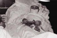 Выполнять операцию ночью 30 апреля 1961 года хирургу помогали метеоролог и инженер-механик.
