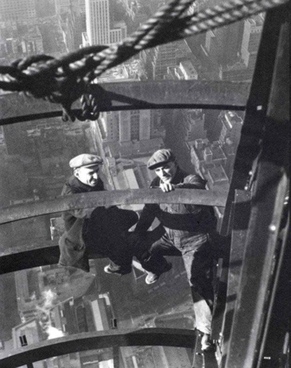 Строительство здания стало частью высотной гонки, проходящей в Нью-Йорке в то время. Два других проекта, участвовавших в гонке — Уолл-стрит, 40 и Крайслер Билдинг, были на стадии реализации, когда Эмпайр-стейт-билдинг только начинал строиться.