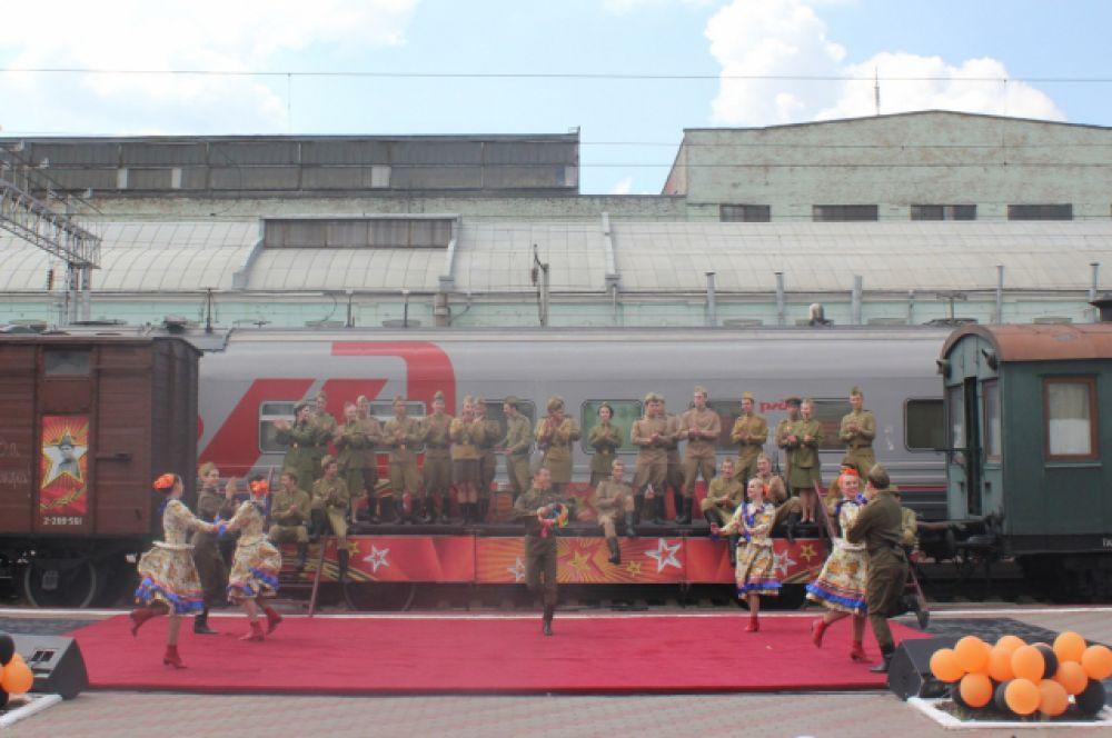 В путь ретро-поезд отправился 18 апреля. 19 апреля его встречали на станции Миллерово, на перроне которой состоялся первый в этом году концерт агитбригады. Далее было еще 9 театрализованных представлений на станциях Ростовского, Краснодарского и Минераловодского регионов Северо-Кавказской дороги. Ростов стал конечной остановкой в маршруте этого года, где прошло торжественное мероприятие.