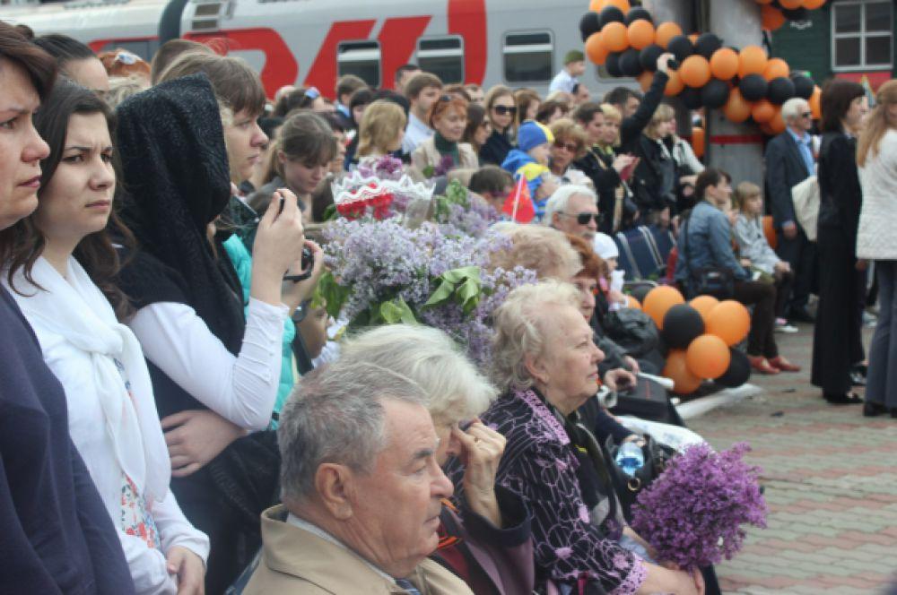 Несмотря на рабочий день прибытие ретро-состава приветствовали порядка 3 тыс. зрителей.