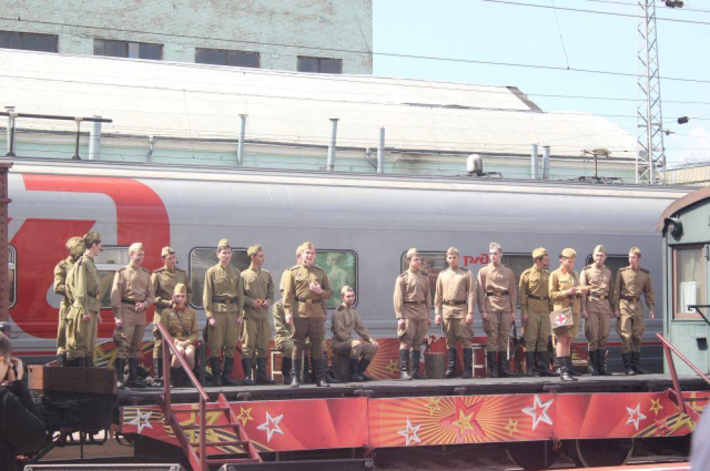 Праздничный концерт «Победа во имя живущих» состоялся прямо на платформе ретро-поезда с участием творческих коллективов железнодорожников.