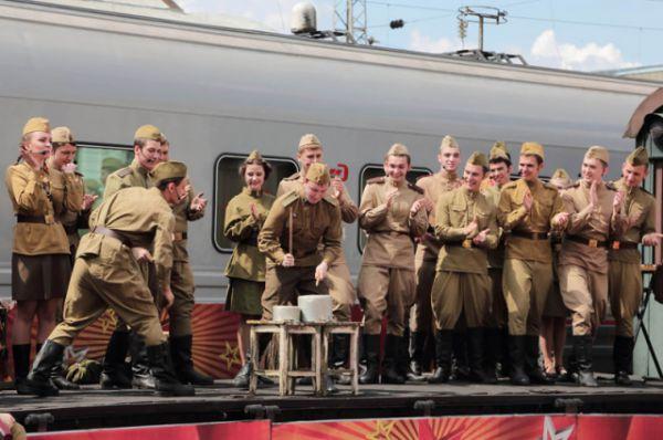 Оно вызвало большой интерес у детей и подростков, которые составили большую часть аудитории концерта на главном железнодорожном вокзале Ростова-на-Дону.