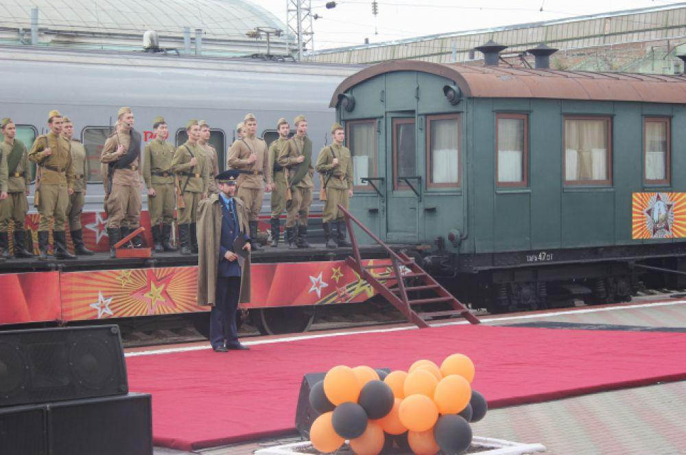 Артисты в советской военной форме читали стихи поэтов-фронтовиков, настоящие солдатские письма, пели песни, посвященные Великой Отечественной войне.